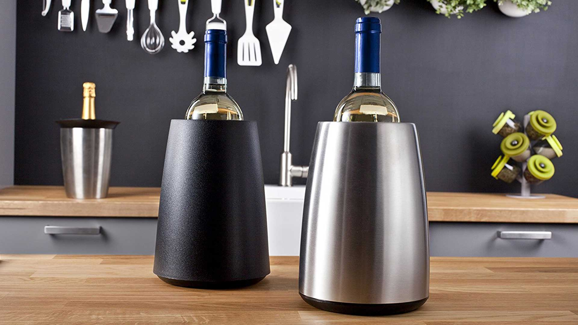 Macht eine gute Figur und kühlt: Vacu Vin Weinkühler in Edelstahl- und Kunststoff-Variante. (Foto: Amazon)
