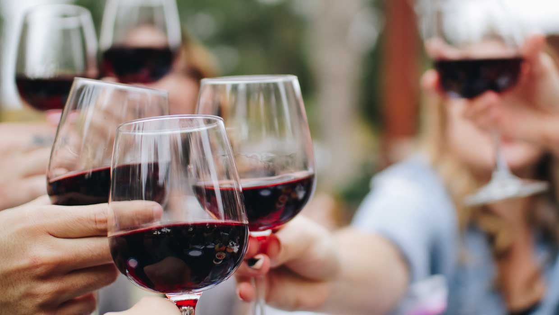Insbesondere bei Rotwein macht das Dekantieren bzw. Karaffieren Sinn. Aber auch Weißweine gewinnen dazu. (Foto: Kelsey Knight / Unsplash)
