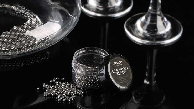 Zum Reinigen von Dekantern und Weinkaraffen werden häufig Reinigunsperlen aus Edelstahl verwendet. (Foto: Amazon)