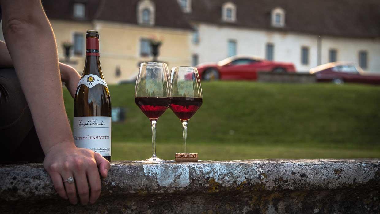 Im Idealfalls sollte man Wein vor dem Trinken dekantieren. Dies steigert Geschmack & Genuss. (Foto: Matt Lamers / Unsplash)