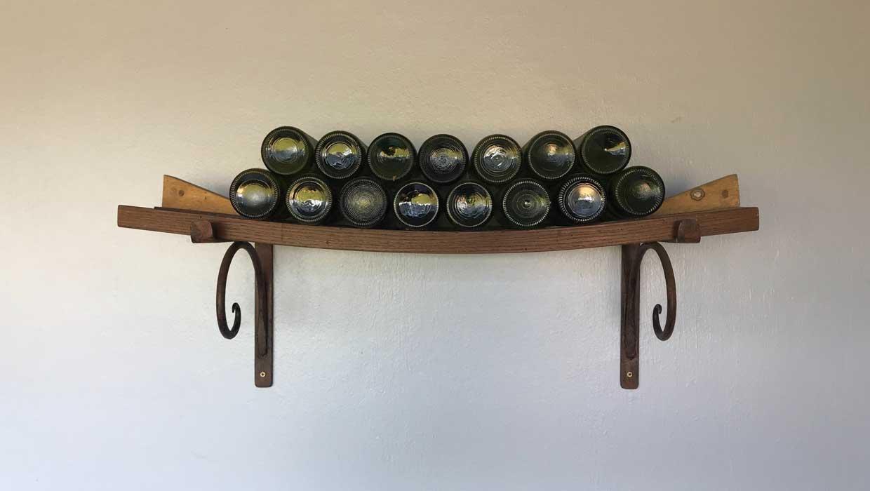 Wenn Wein über längere Zeit aufbewahrt wird, sollte man ihn liegend lagern. (Foto: John Cameron / Unsplash)