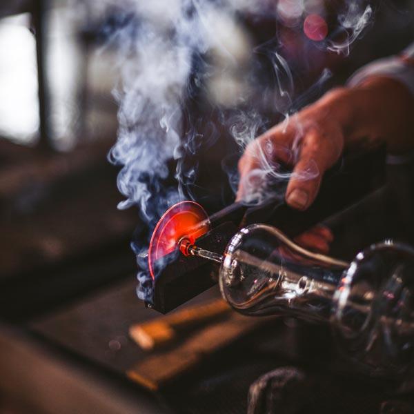 Die Gläser von Eisch werden von Hand gearbeitet. Im Bild sieht man die Herstellung eines Eisch-Whiskyglases. (Foto: Eisch)